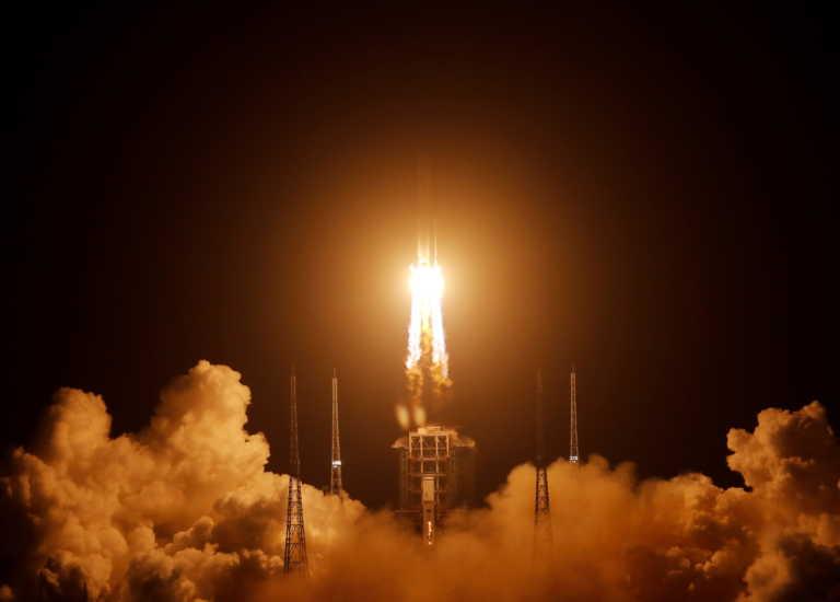 Γράφεται ιστορία! Εκτοξεύτηκε ο πύραυλος που θα φέρει δείγματα από την Σελήνη μετά από 44 χρόνια (video)