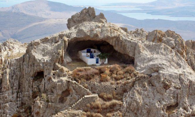 Αυτό είναι το ελληνικό νησί που φιλοξενεί την πιο περίεργη εκκλησία του κόσμου