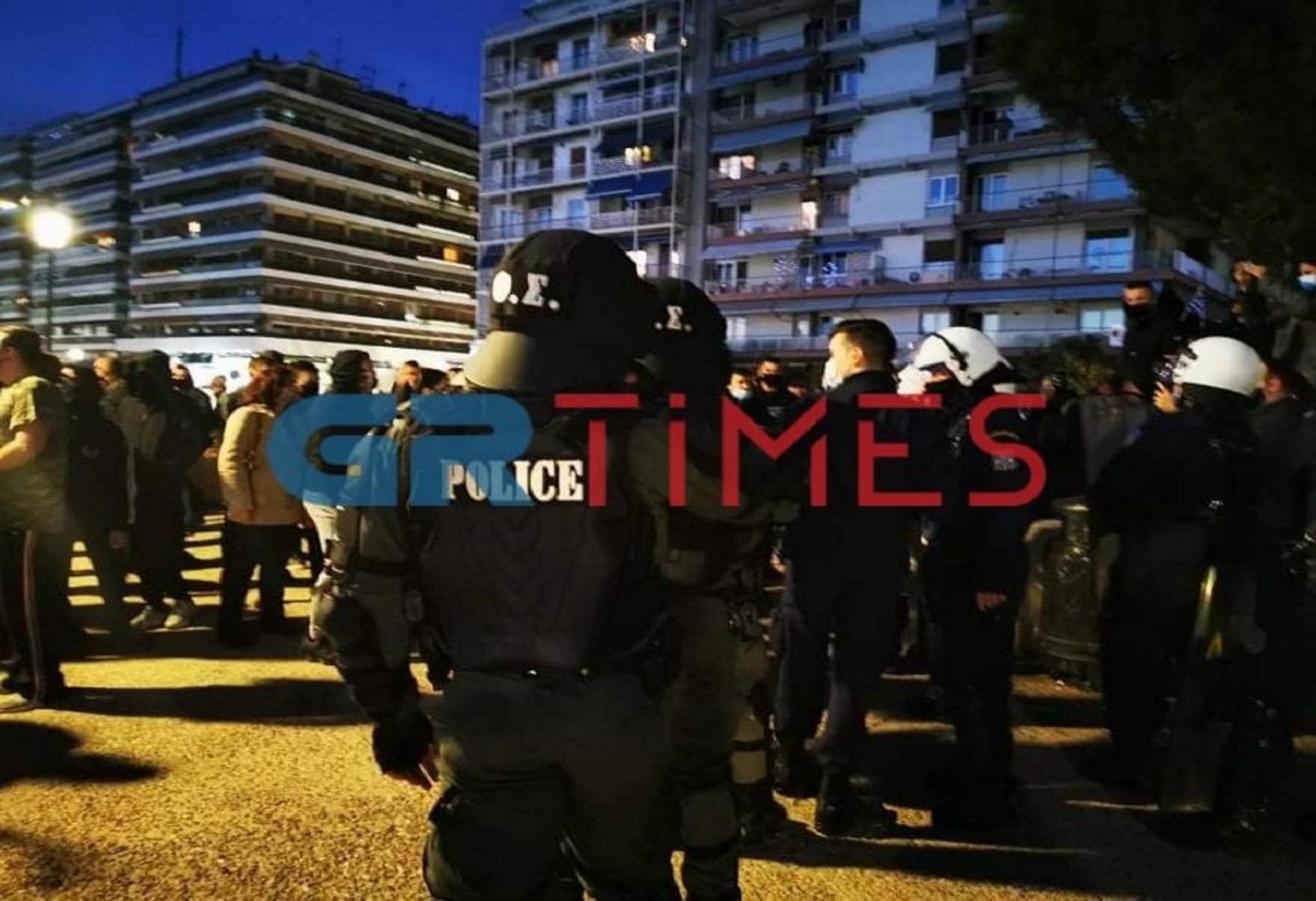 Θεσσαλονίκη: Επεισόδια σε συγκέντρωση κατά του lockdown – Χημικά, κυνηγητό και τραυματισμός αστυνομικού
