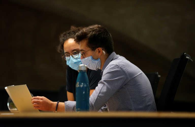 Κορονοϊός: Η ομιλία σε κλειστό χώρο μπορεί να εξαπλώσει τον ιό όσο ο βήχας