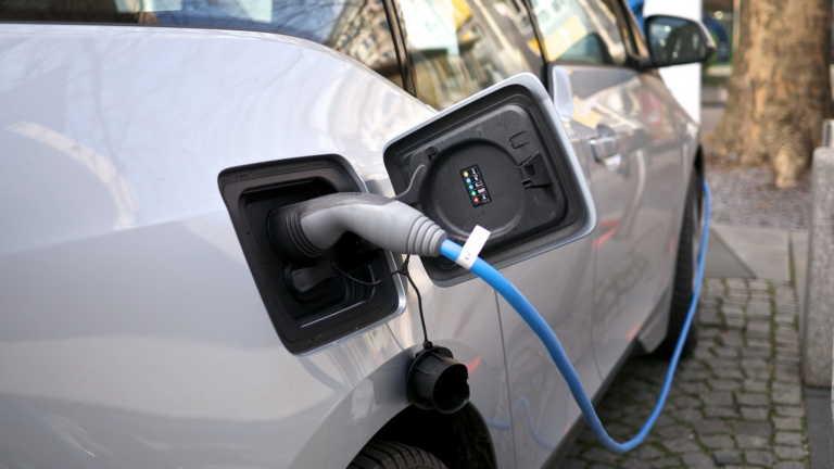 Φόρος ανά χιλιόμετρο σε υβριδικά και ηλεκτρικά αυτοκίνητα!