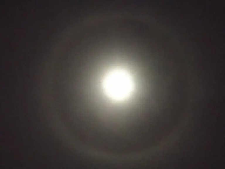 """Εντυπωσιακό φεγγάρι με… φωτοστέφανο! Τα κακά """"μαντάτα"""" που φέρνει το σπάνιο φαινόμενο (pics)"""