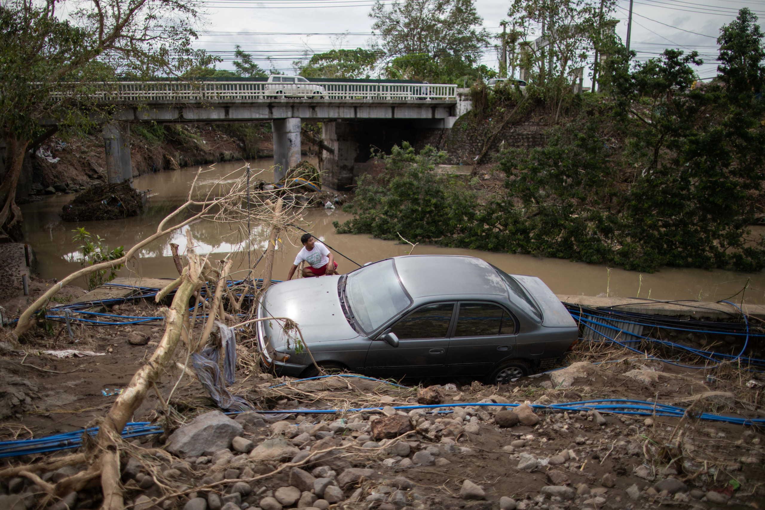 Φιλιππίνες: 16 νεκροί από τον πανίσχυρο τυφώνα Γκόνι (video, pics)