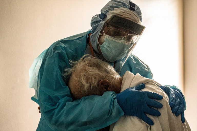 Γιατρός παρηγορεί μοναχικό ασθενή COVID-19: Η ιστορία πίσω από την φωτογραφία που κάνει τον γύρο του διαδικτύου