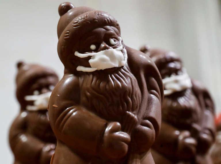 Ουγγαρία: Τονώνει το ηθικό των πελατών με σοκολατένιους Άγιους Βασίληδες με μάσκες