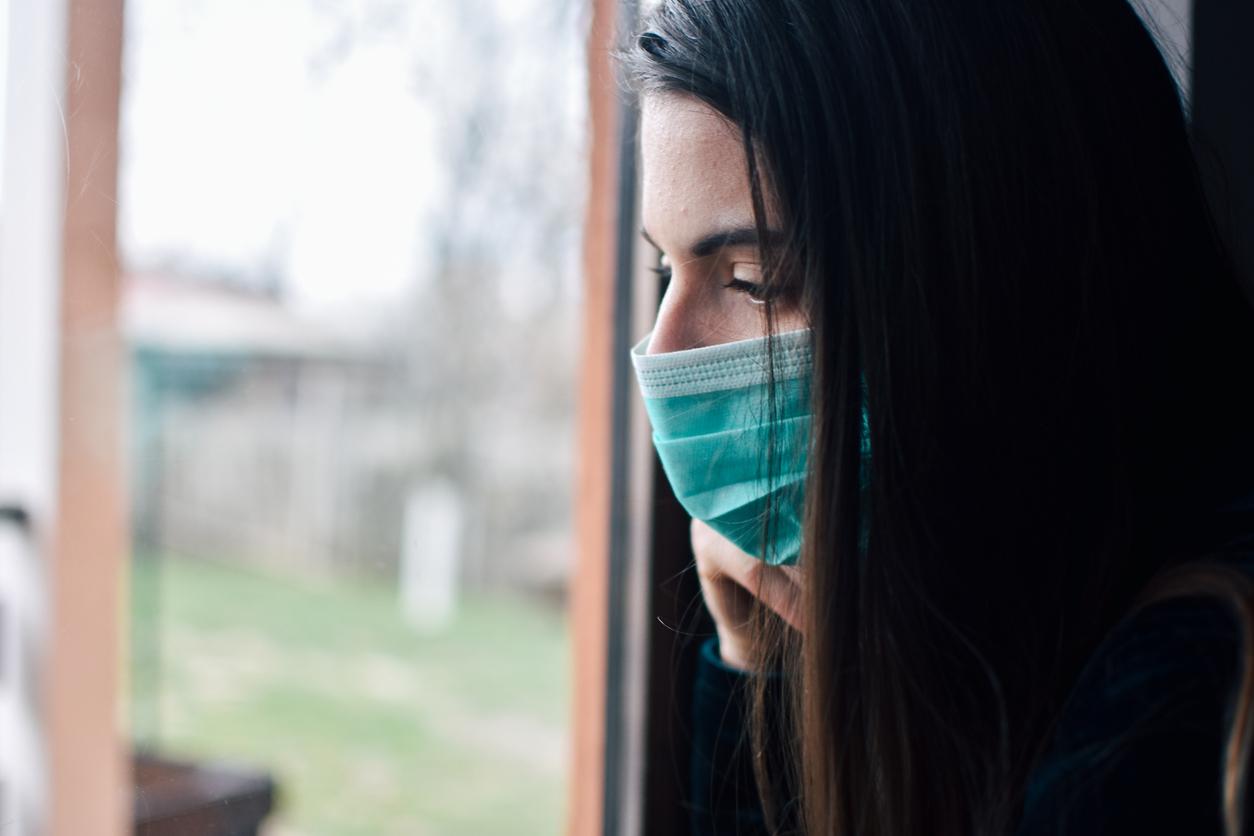 γυναίκα με μάσκα για κορονοϊό