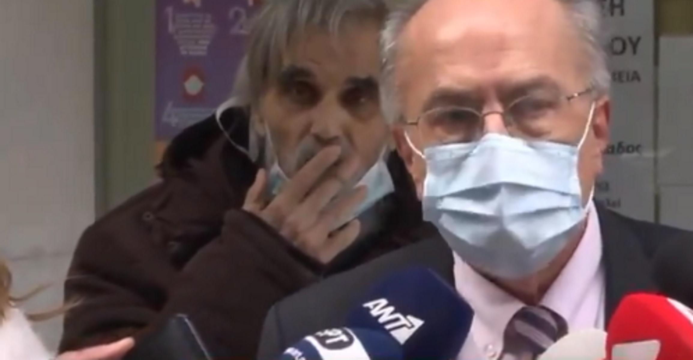 Θεριακλής φυσάει καπνό στ' αυτιά κλινικάρχη που έκανε δηλώσεις στις κάμερες (video)