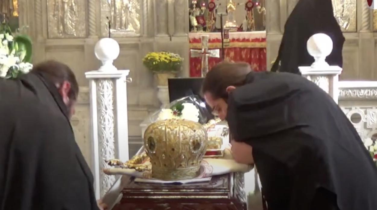 Έβγαζαν την μάσκα τους να προσκυνήσουν την σορό του Μητροπολίτη Λαγκαδά που πέθανε από κορονοϊό!