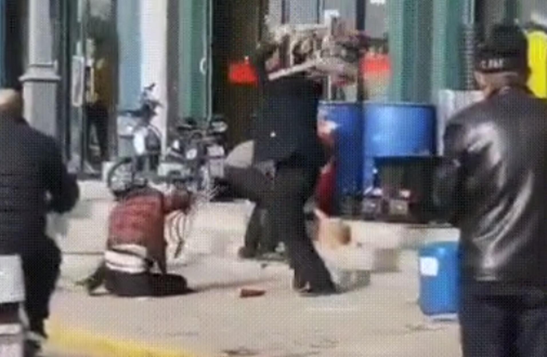 Οργή! Χτυπούσε τη γυναίκα του μέχρι να την σκοτώσει και οι περαστικοί… απλά κοιτούσαν – ΣΚΛΗΡΕΣ ΕΙΚΟΝΕΣ
