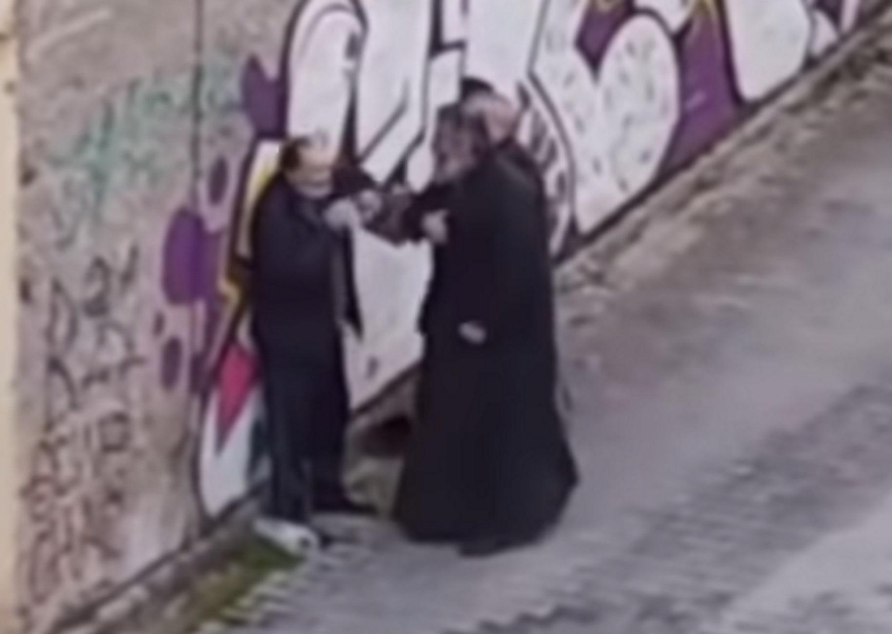 Κοζάνη: Η στιγμή που ιερέας χαστουκίζει πολίτη στη μέση του δρόμου! Σάλος από τις εικόνες (Βίντεο)