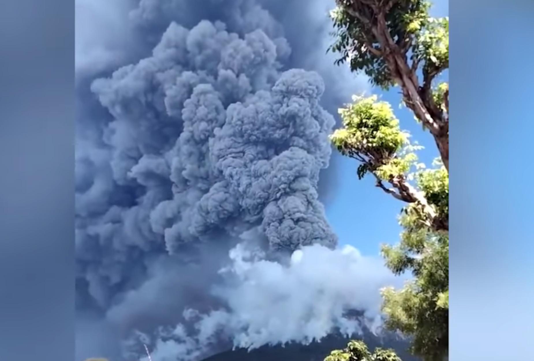 """Ινδονησία: """"Ξύπνησε"""" το ηφαίστειο Λεβοτόλο! Εικόνες που κόβουν την ανάσα (video)"""