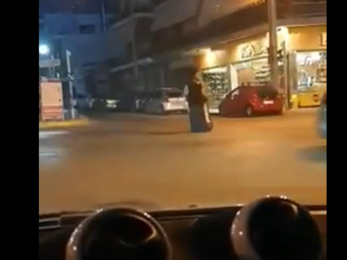 Ιερέας θυμιάτιζε μόνος του σε δρόμους της Ηλιούπολης (video)