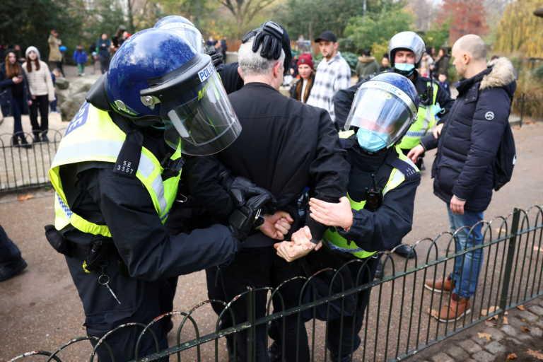 Λονδίνο: Συγκρούσεις αστυνομίας – διαδηλωτών σε συγκέντρωση κατά του lockdown – Δεκάδες συλλήψεις (pics, vid)