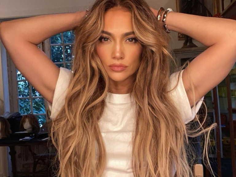 Jennifer Lopez: Ποζάρει χωρίς ρούχα στα 51 της και