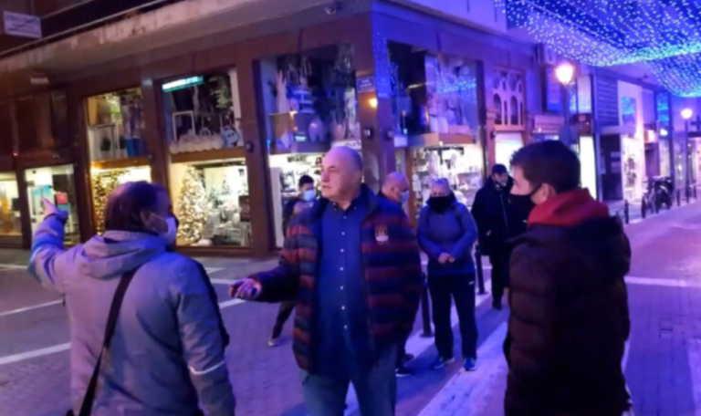 Χαμός για τη βόλτα του Μπέου χωρίς μάσκα στο Βόλο (video)