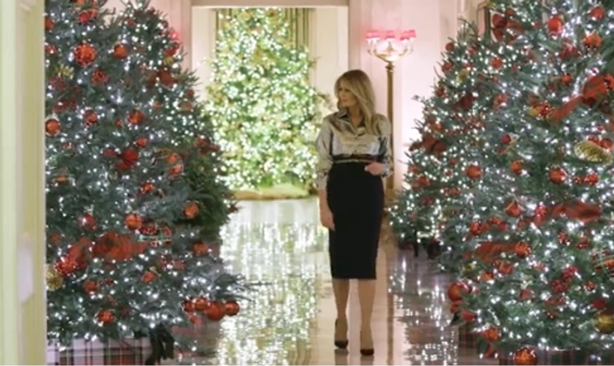 Η Μελάνια στόλισε για τελευταία φορά για τα Χριστούγεννα και μας βάζει στον Λευκό Οίκο (video)