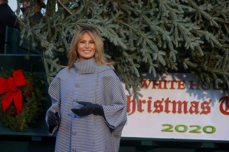 Βαριεστημένη και χωρίς μάσκα η Μελάνια Τραμπ στην… υποδοχή του χριστουγεννιάτικου δέντρου (pics, vid)