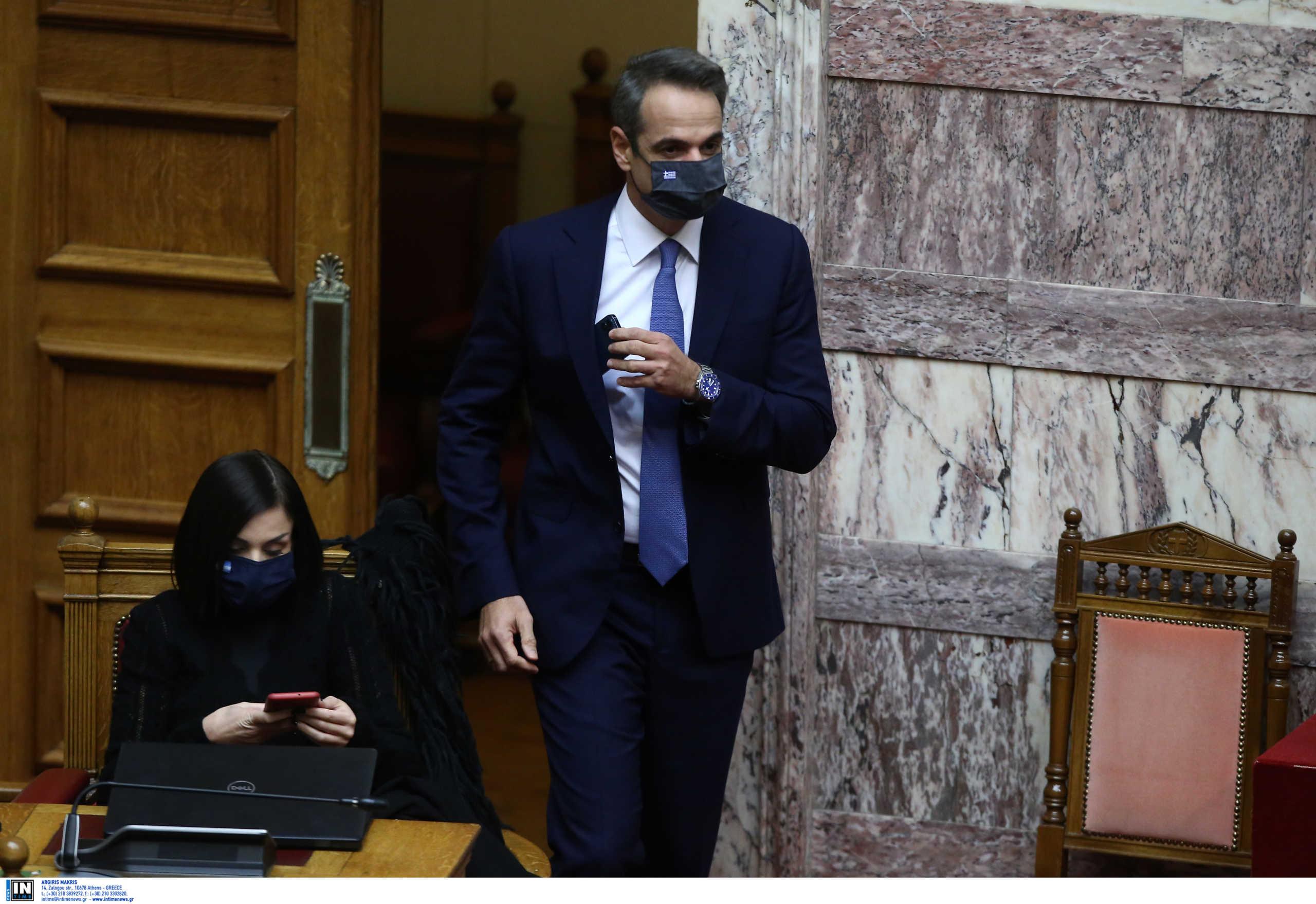 Η κίνηση Μητσοτάκη πριν ανέβει στο βήμα της Βουλής