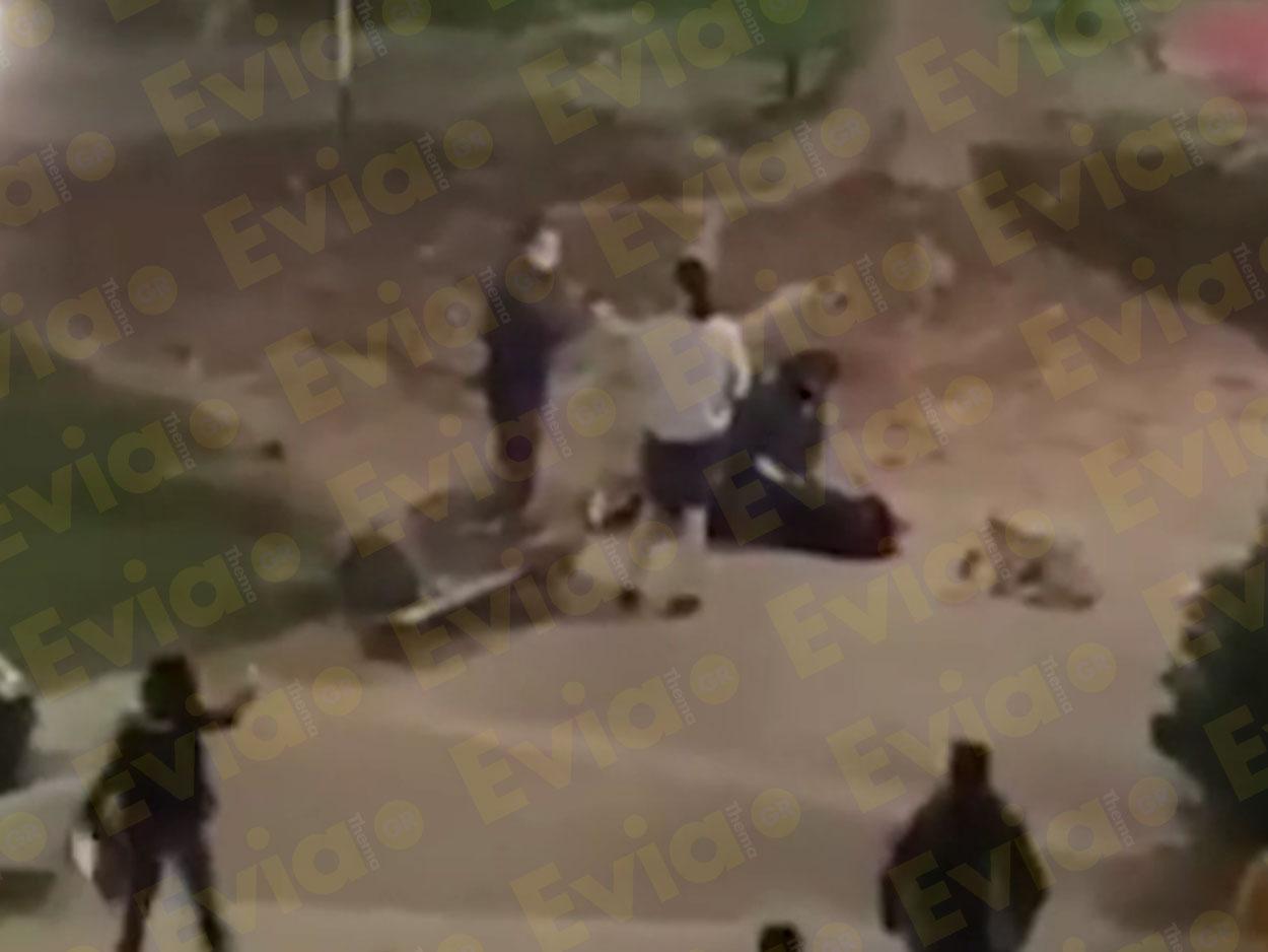 Χαμός στην Καρδίτσα για αστυνομικούς επειδή πέρασαν χειροπέδες σε ζευγάρι που καθόταν σε πάρκο!