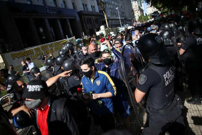 Ντιέγκο Μαραντόνα: Συμπλοκές με την αστυνομία στο λαϊκό προσκύνημα (vid, pics)