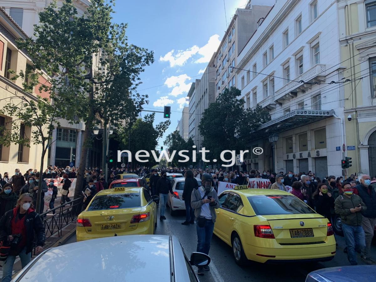 Κυκλοφοριακό χάος από την πορεία στο κέντρο της Αθήνας (pics)