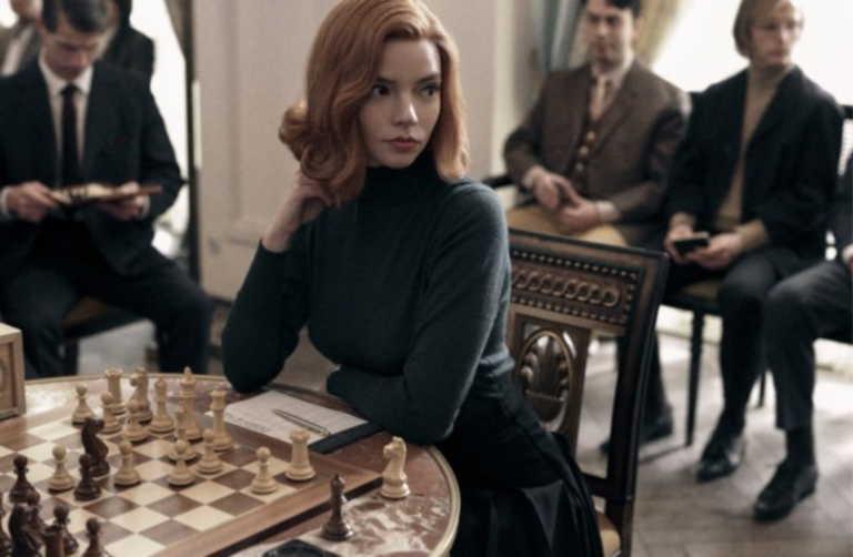 """""""The Queen's Gambit"""": Η σειρά του Netflix που έχει κάνει όλο τον κόσμο να αγαπήσει το σκάκι"""