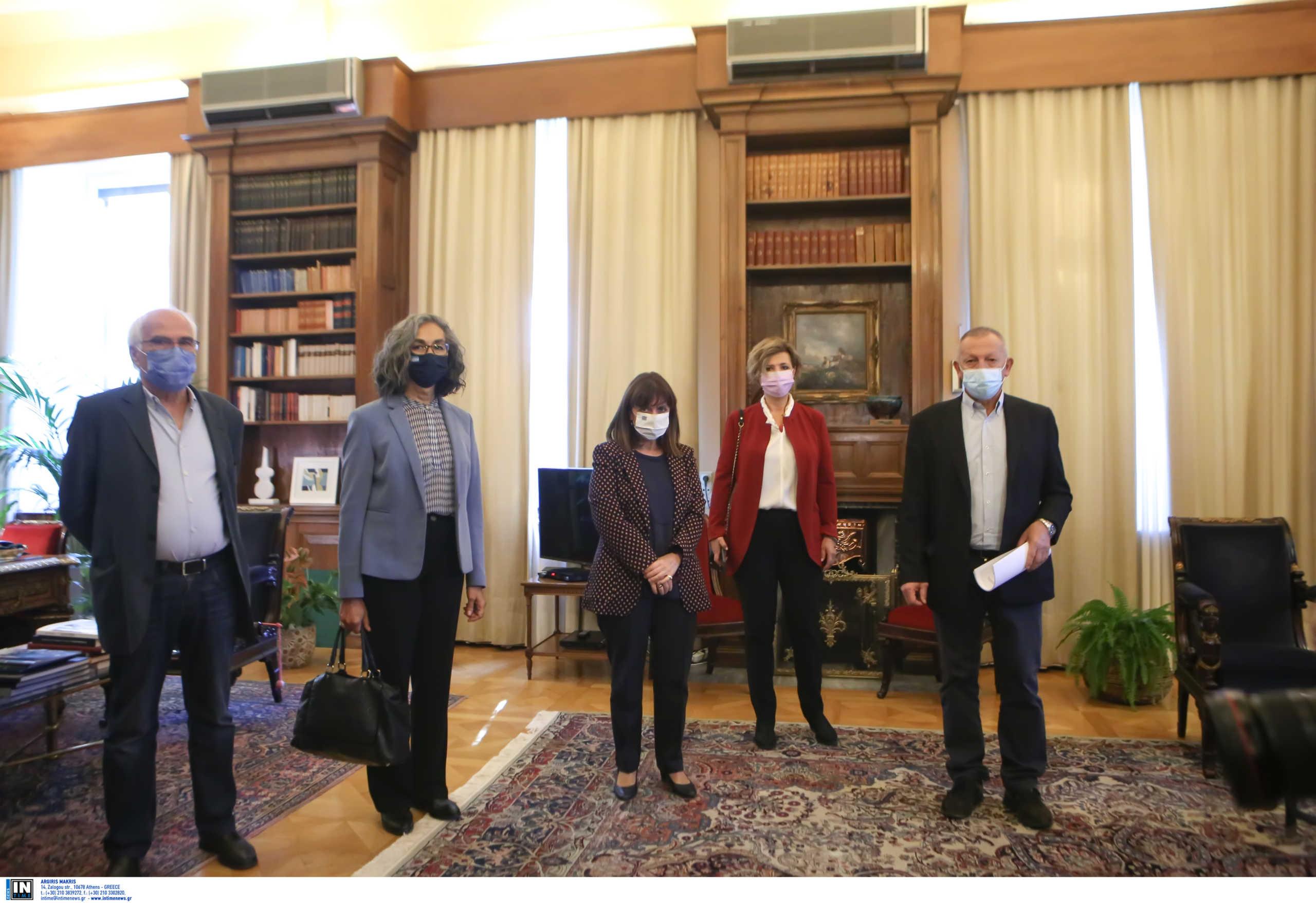 Ψήφισμα διαμαρτυρίας στη Σακελλαροπούλου για την απαγόρευση συναθροίσεων - Προσφυγή Βαρουφάκη στο ΣτΕ
