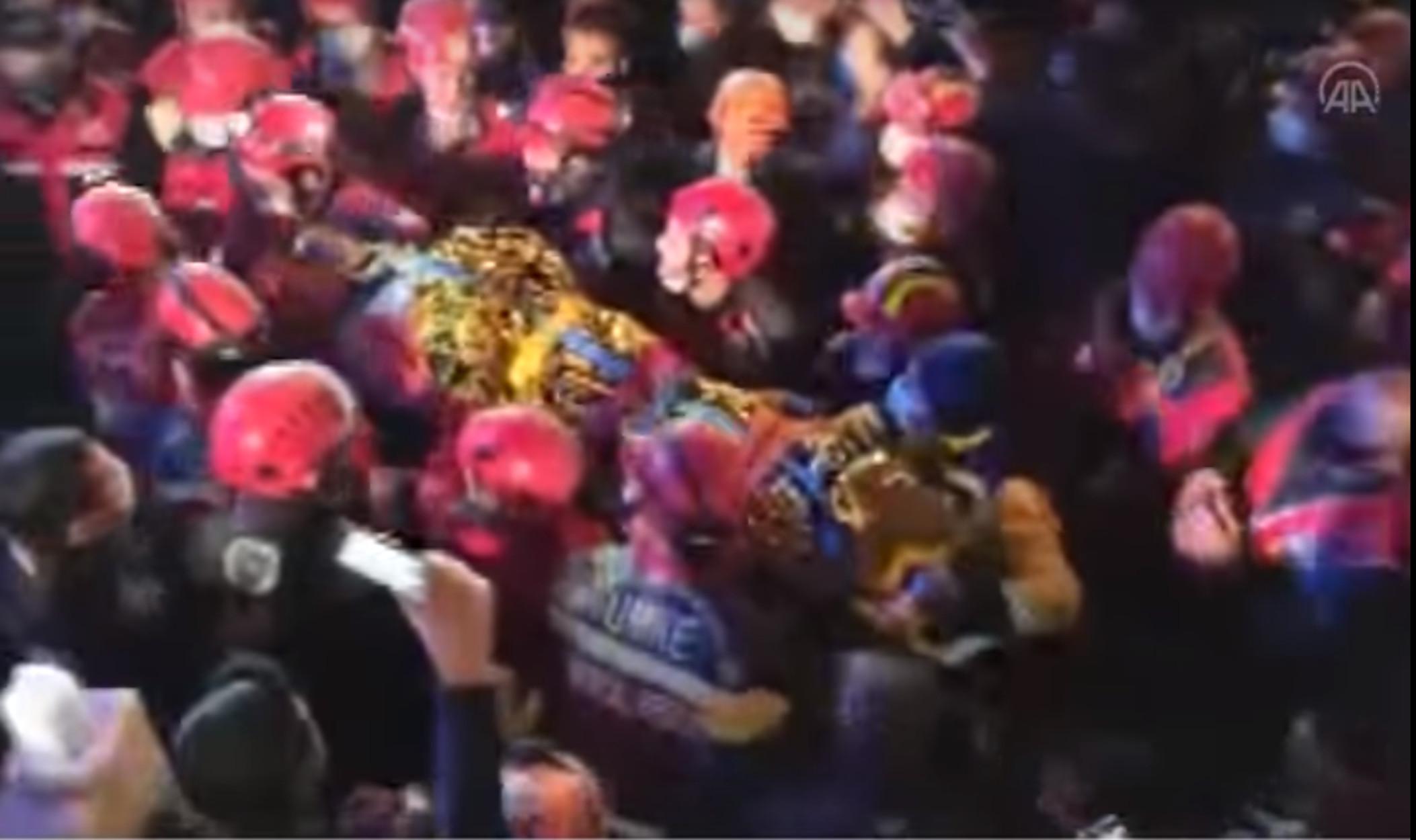 Σμύρνη: Η συγκινητική στιγμή του απεγκλωβισμού 14χρονου κοριτσιού μετά από 58 ώρες! 79 οι νεκροί από το σεισμό (video)
