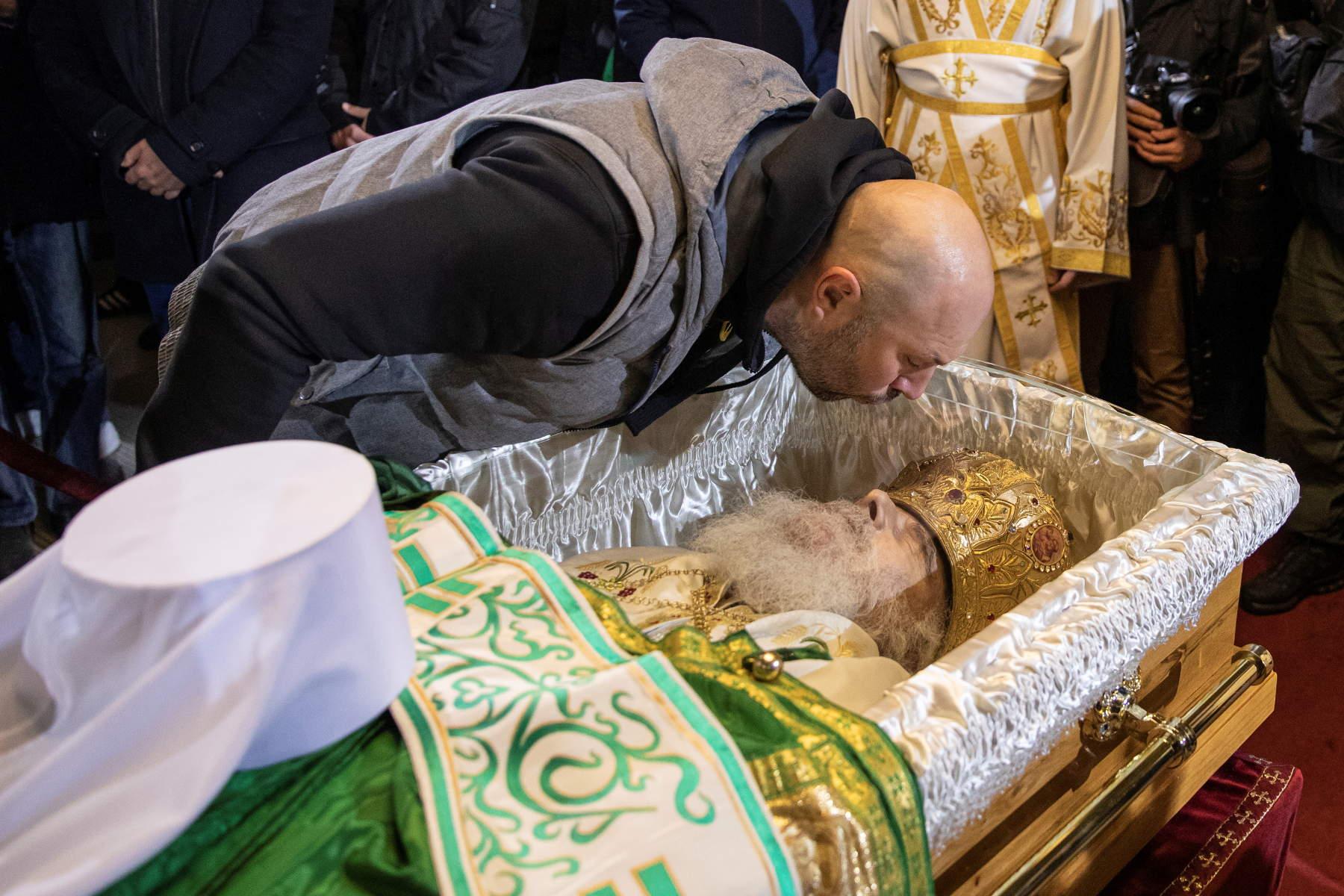 Απίστευτες εικόνες στη Σερβία: Πιστοί φιλούν τη σορό του Πατριάρχη Ειρηναίου που πέθανε από κορονοϊό (pics)