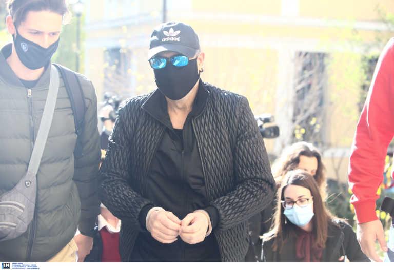 Νότης Σφακιανάκης: Δίωξη για πλημμέλημα – Η ειρωνεία και το… φιλί φτάνοντας στον εισαγγελέα