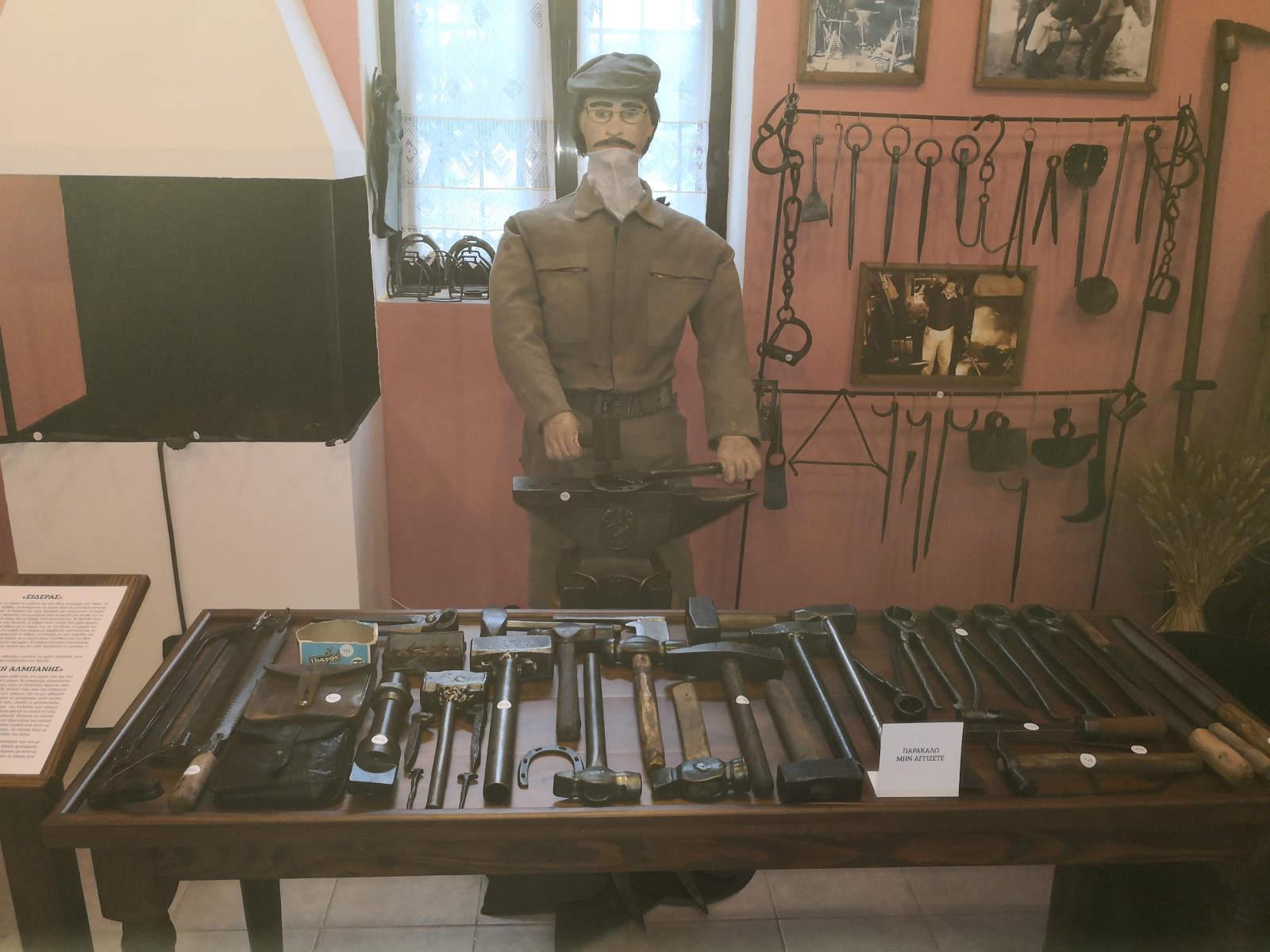Τρίκαλα: Συλλέκτης παλιών αντικειμένων και κειμηλίων ένας πυροσβέστης – Μοναδικά τα εκθέματα