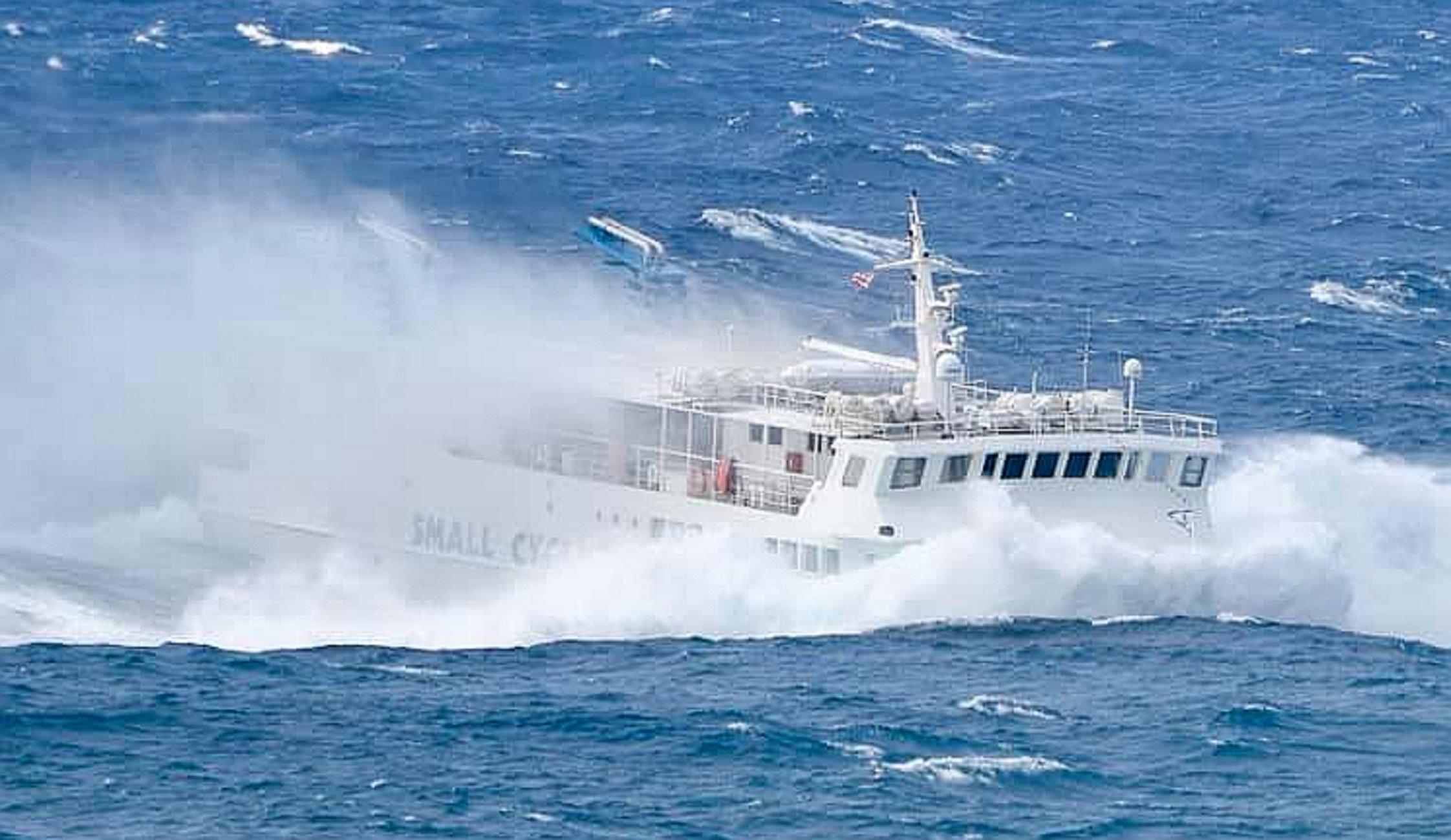 """Κυκλάδες: Η στιγμή που το πλοίο """"Εξπρές Σκοπελίτης"""" βουτάει και χορεύει στα κύματα! Δείτε τις εικόνες"""