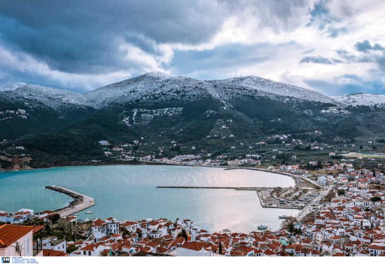 Χαμός στη Σκόπελο: Θετικοί στον κορονοϊό «σπάνε» την καραντίνα και κόβουν βόλτες στο νησί