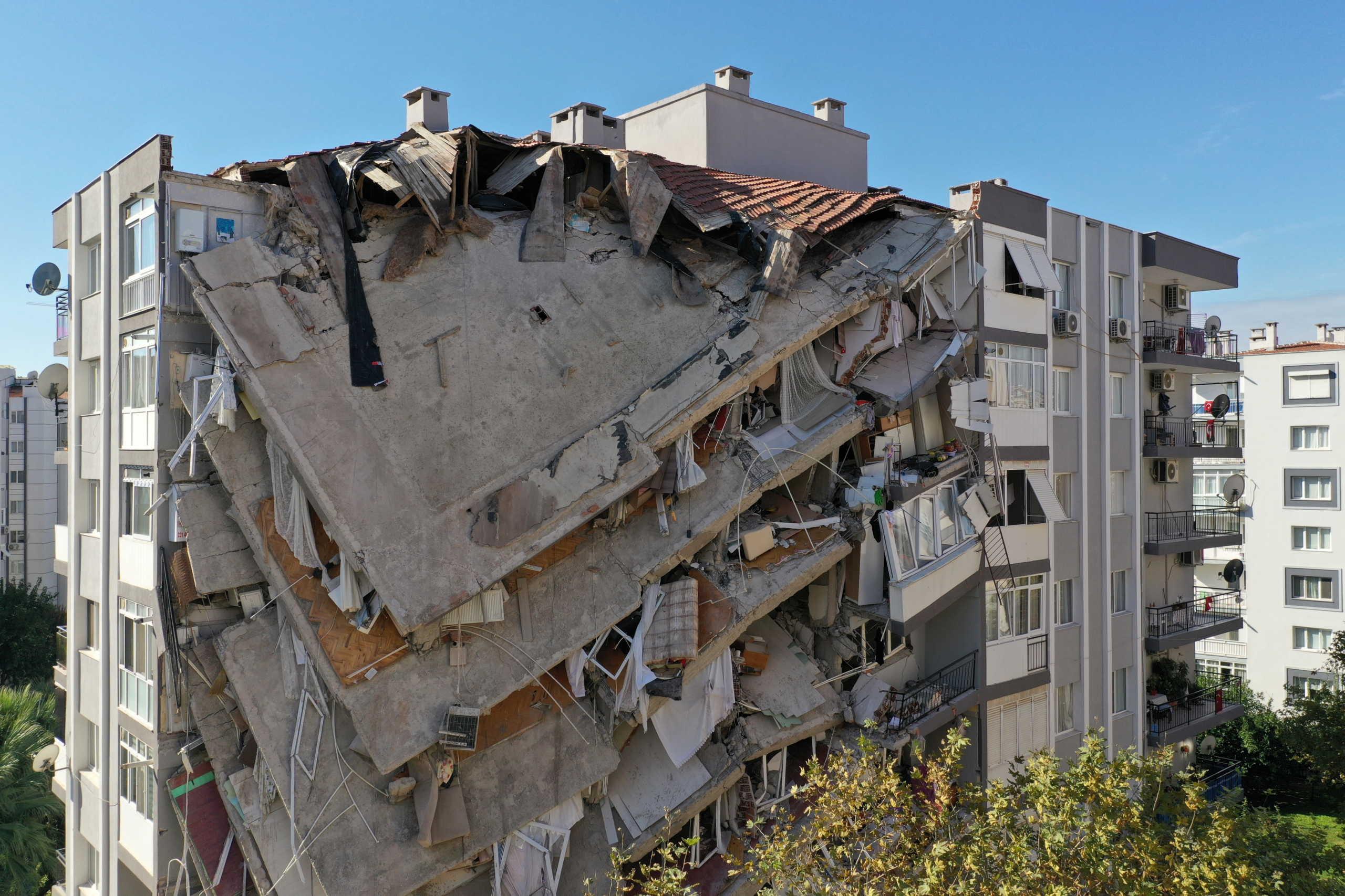 Σμύρνη: 58 οι νεκροί από το σεισμό – Γέμισε σκηνές το ποδοσφαιρικό γήπεδο