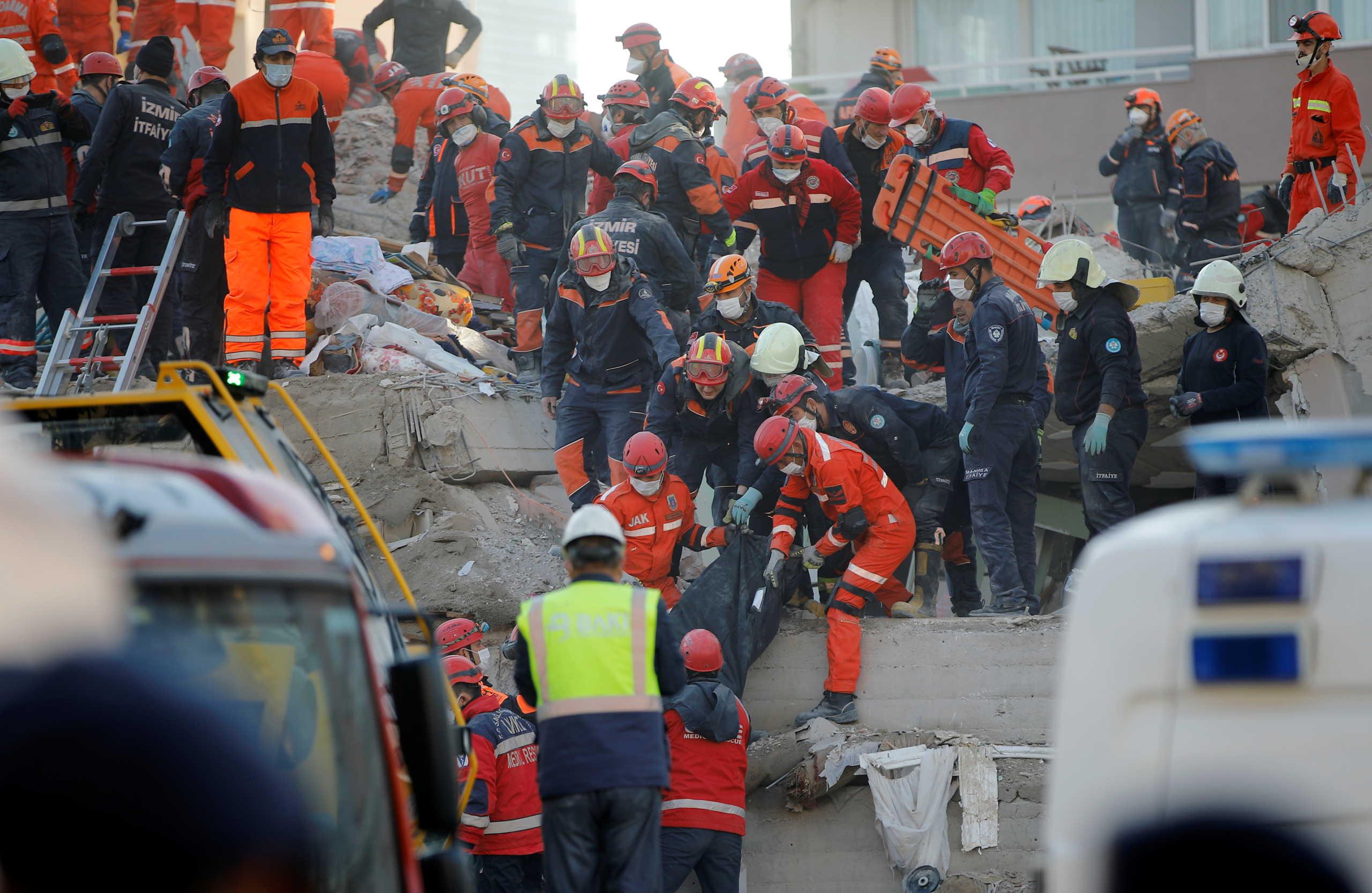 Σμύρνη: Συγκλονιστικό! Έβγαλαν ζωντανό 70χρονο μετά από 33 ώρες – 51 οι νεκροί μέχρι στιγμής (pics)