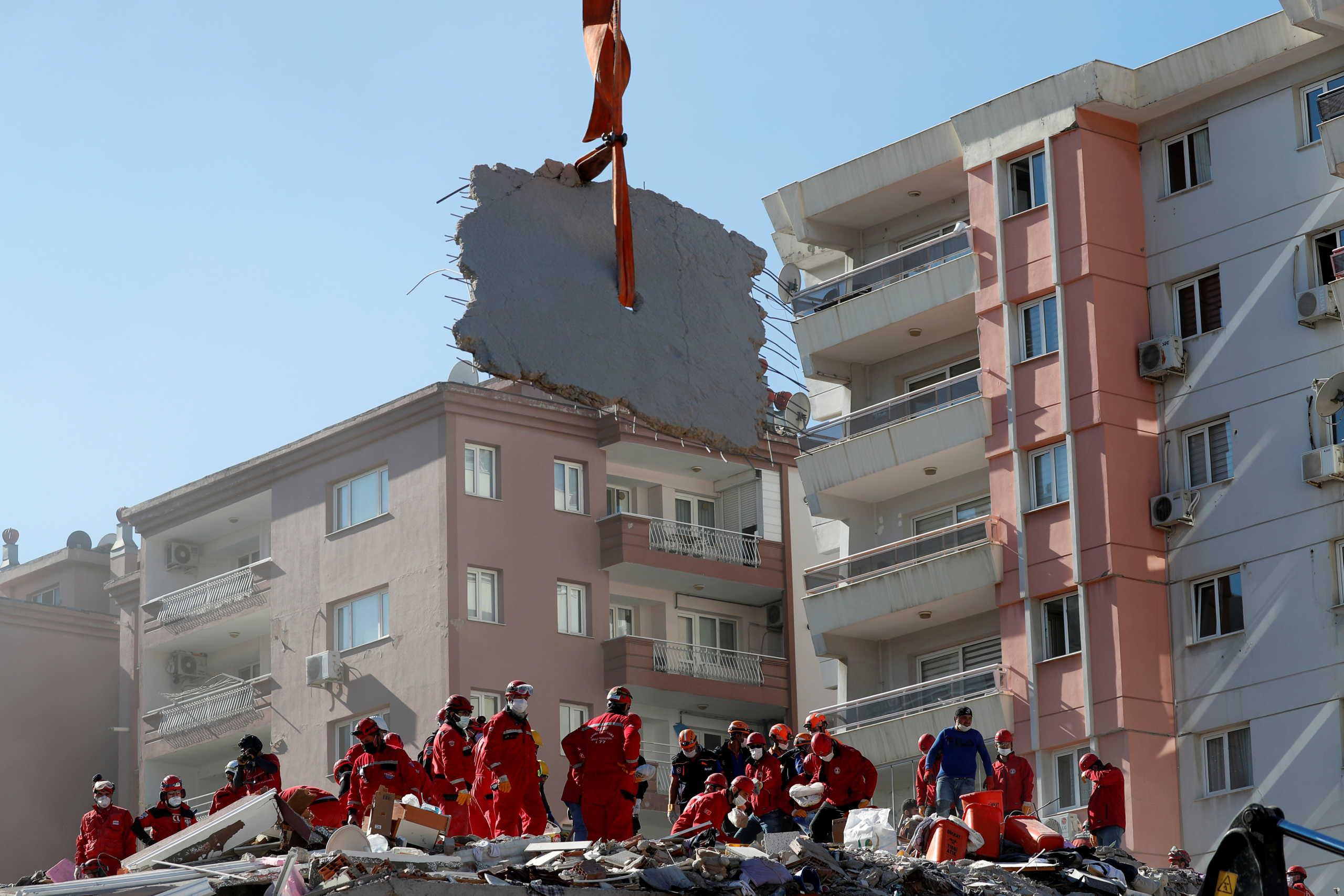 Σεισμός: Δεν σταματούν να ξεθάβουν πτώματα στην Σμύρνη! 51 οι νεκροί – Στην περιοχή ο Ερντογάν (pics)