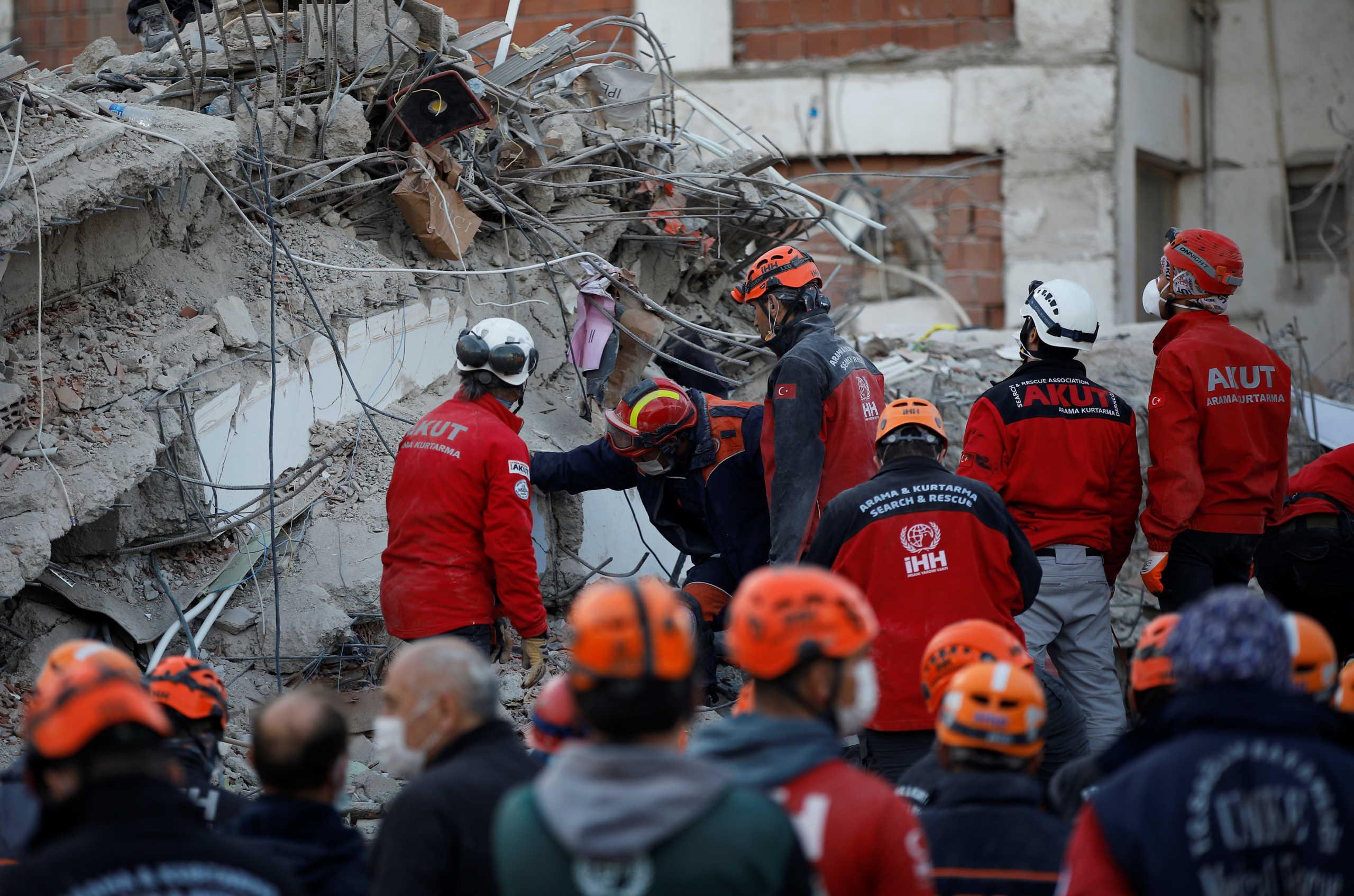 Σμύρνη: 83 οι νεκροί από τον φονικό σεισμό – Δεκάδες άνθρωποι είναι ακόμα εγκλωβισμένοι (pics, video)