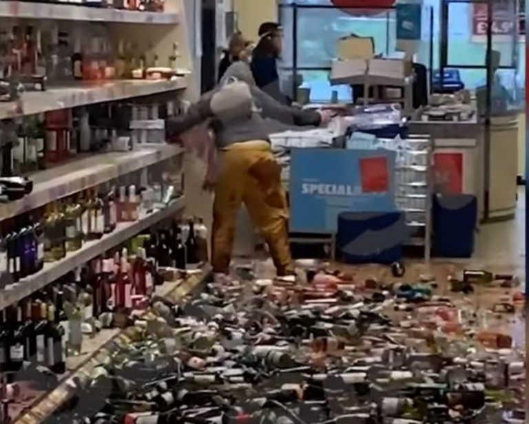 Απίστευτο σκηνικό στην Βρετανία: Μπούκαρε σε σούπερ μάρκετ και έσπασε 500 μπουκάλια (vid)