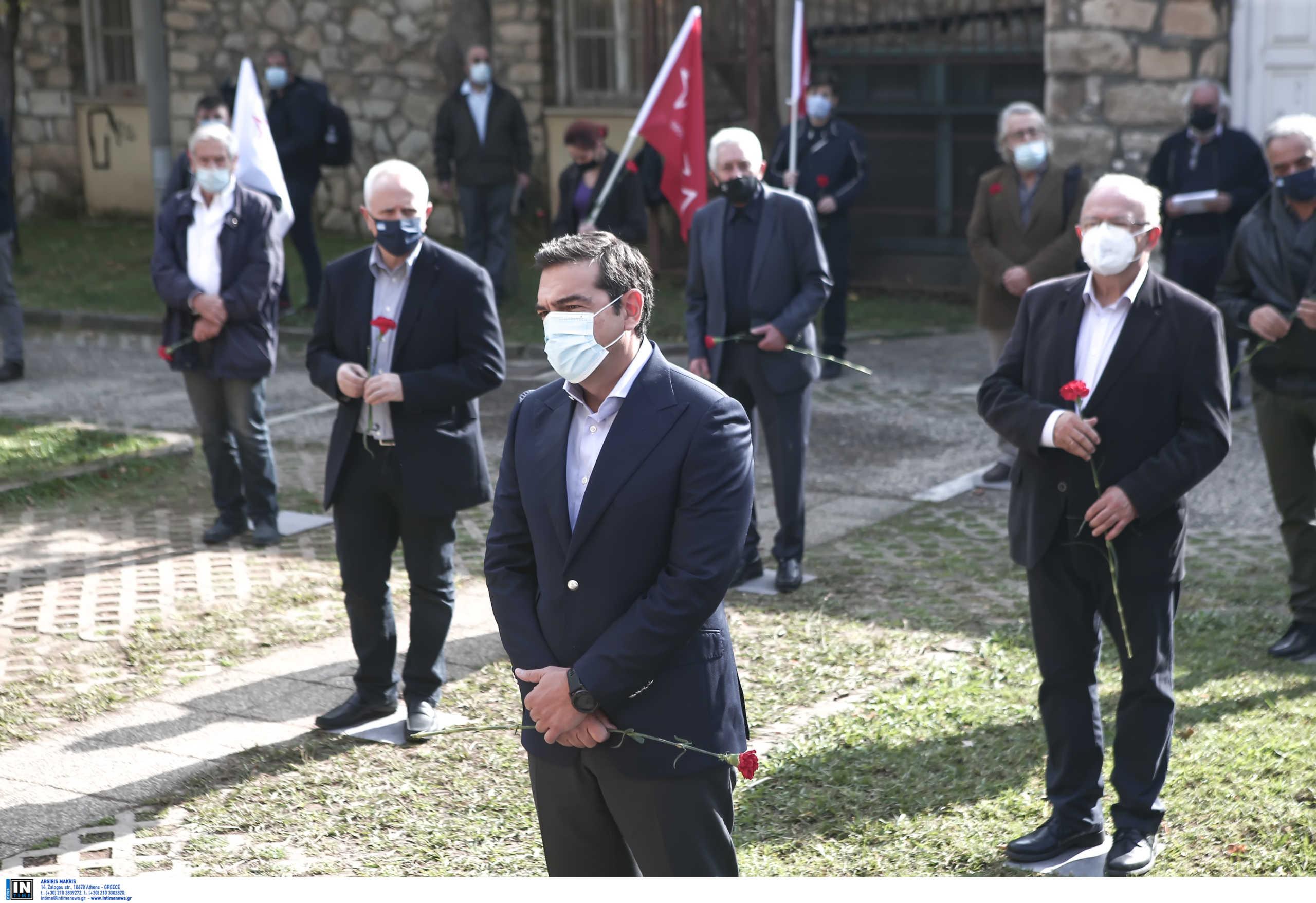 Ο ΣΥΡΙΖΑ στο ΕΑΤ - ΕΣΑ με γαρίφαλα, αποστάσεις και τον… Τσακαλώτο με το κόκκινο σακίδιο