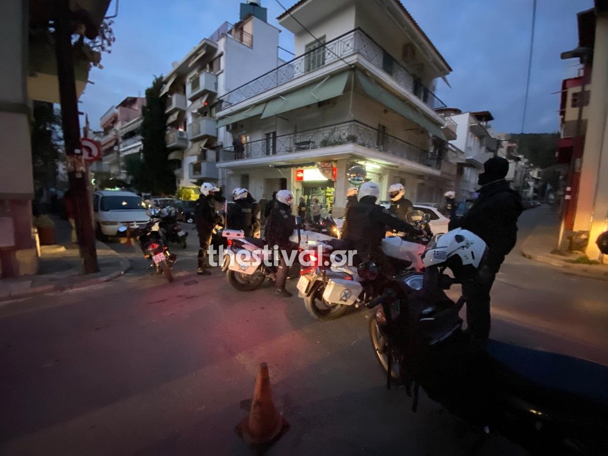 Επιτέθηκαν σε αστυνομικoύς που προσπάθησαν να τους ελέγξουν για κορονοϊό! Ένας τραυματίας στη Θεσσαλονίκη! (video)