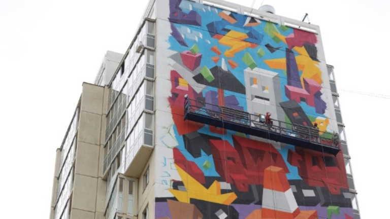 """""""Αγάπη για τη Φύση"""": Η γιγαντιαία τοιχογραφία που καλύπτει 18ώροφο κτίριο"""