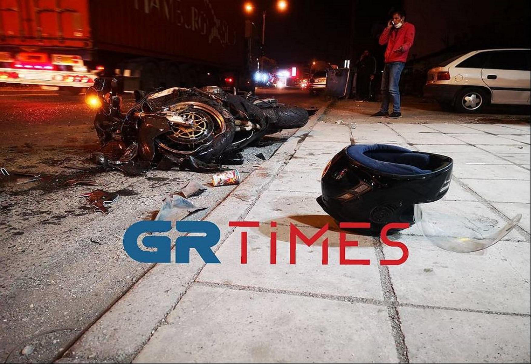 """Θεσσαλονίκη: Μοτοσυκλέτα """"καρφώθηκε"""" σε νταλίκα – Ένας τραυματίας (pics, video)"""