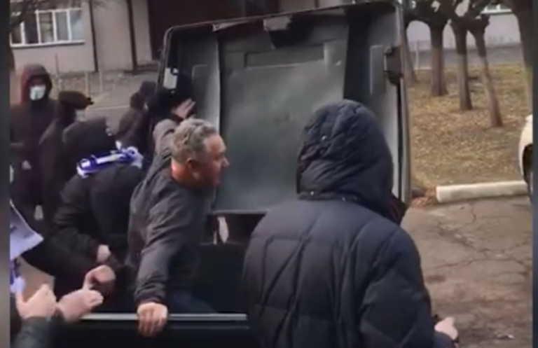 Απίστευτο! Οπαδοί πέταξαν υπεύθυνο γηπέδου σε κάδο σκουπιδιών (video)