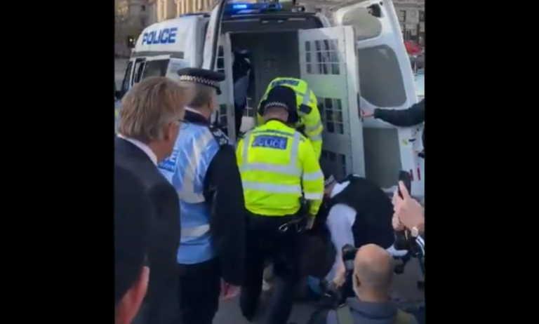 Βρετανός βουλευτής στο πλευρό ηλικιωμένης διαδηλώτριας που αστυνομικοί την πήραν… σηκωτή (video)