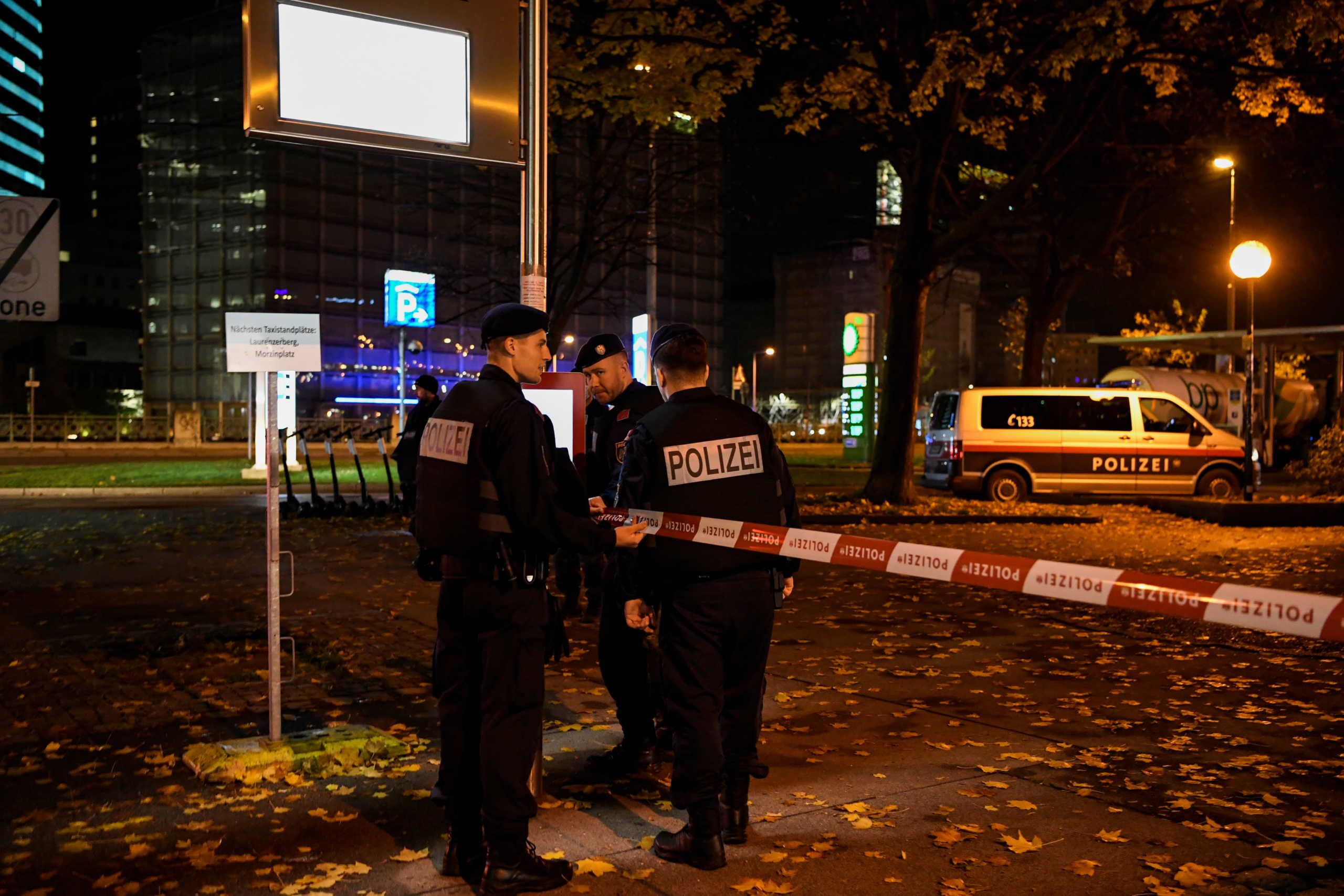 Βιέννη: 3 νεκροί και 15 τραυματίες από την τρομοκρατική επίθεση – Ψάχνουν ακόμα τον ένα δράστη
