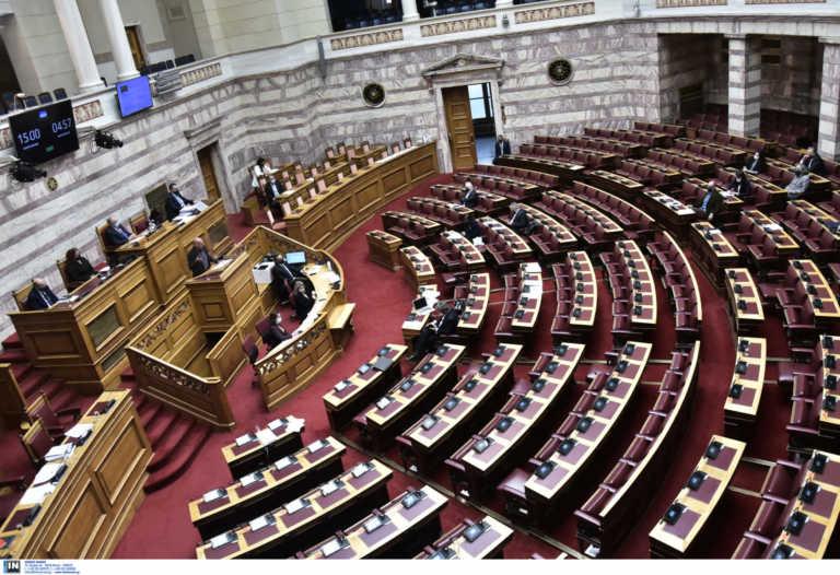 Βουλή: Υψηλοί τόνοι στη συζήτηση του νομοσχέδιου για τη μείωση των ασφαλιστικών εισφορών