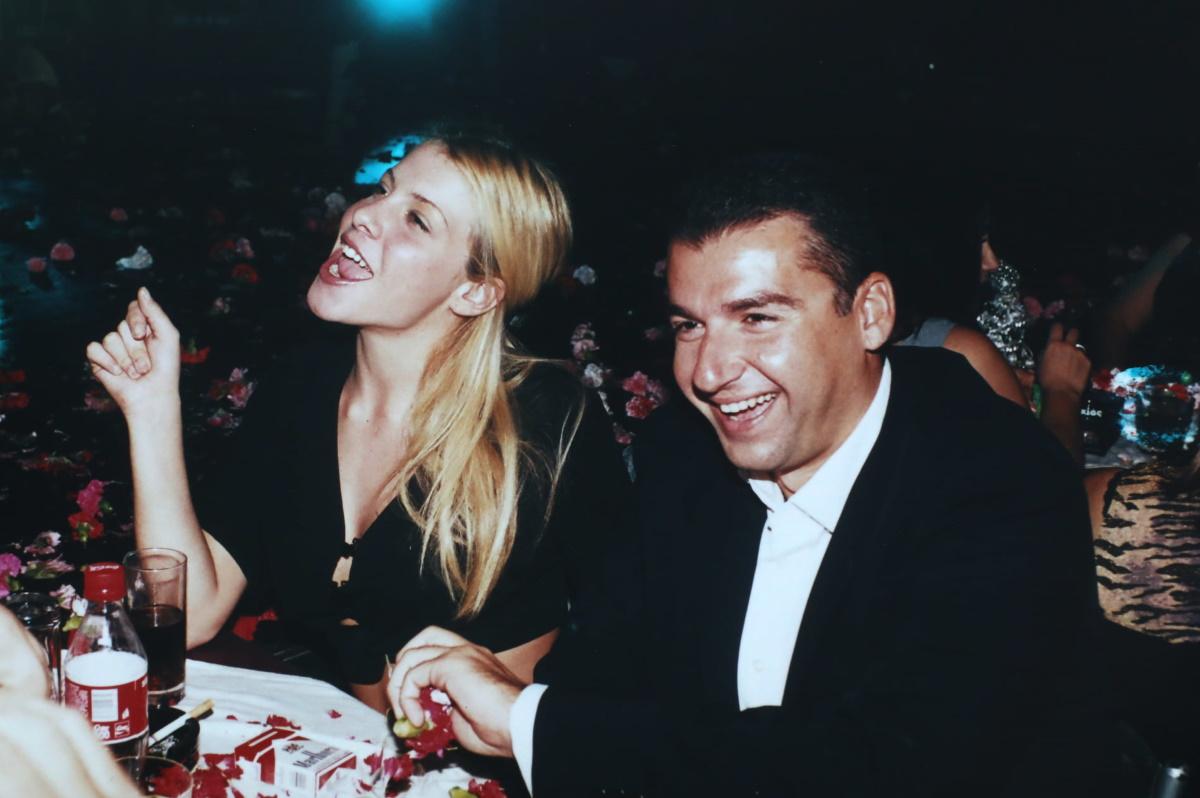 Γιώργος Λιάγκας: Φωτογραφίες του 20 χρόνια πριν από βραδινή έξοδο με την καλλονή Έλενα Γράβεζα