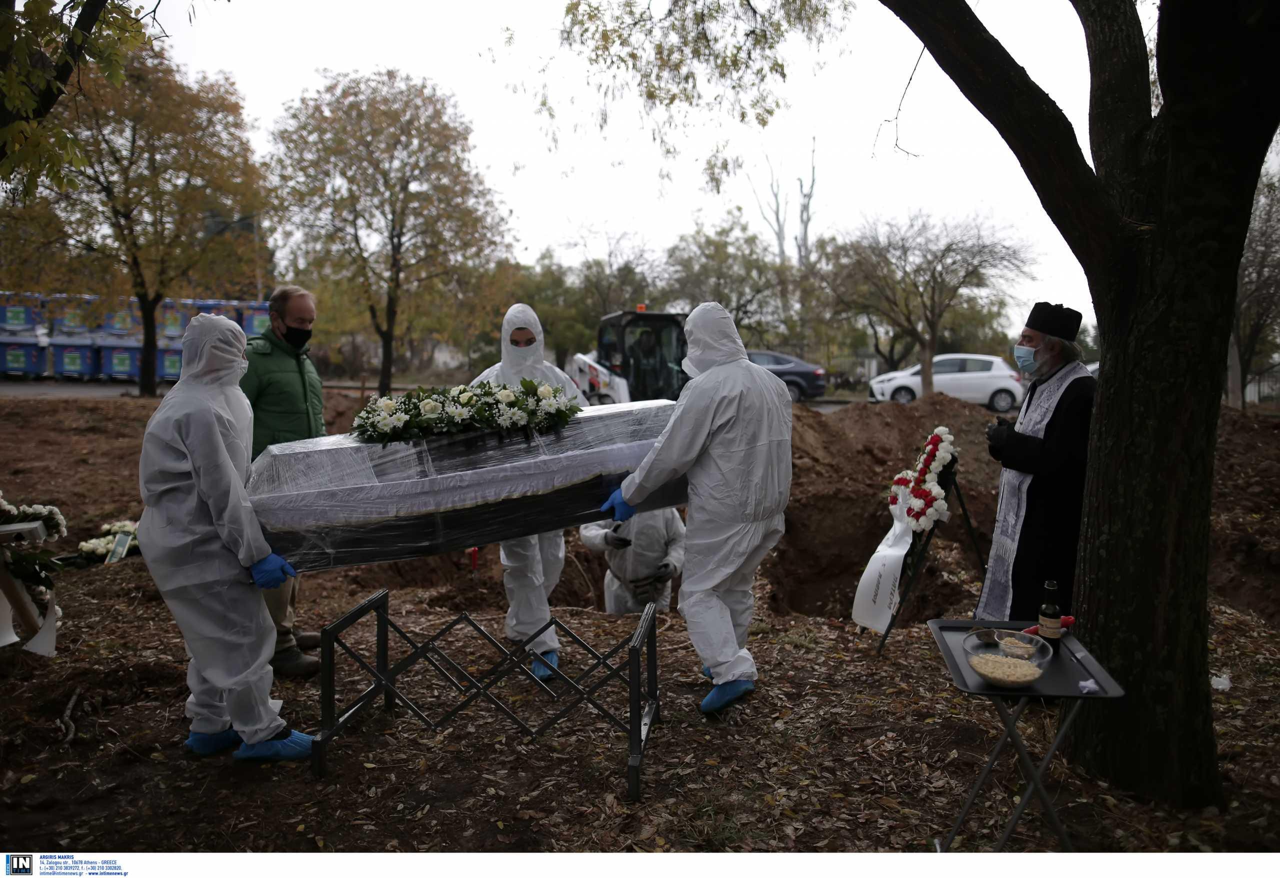 Σπαρακτικές σκηνές σε κηδεία θύματος κορονοϊού στο νεκροταφείο της Θέρμης – Το ξέσπασμα της μάνας