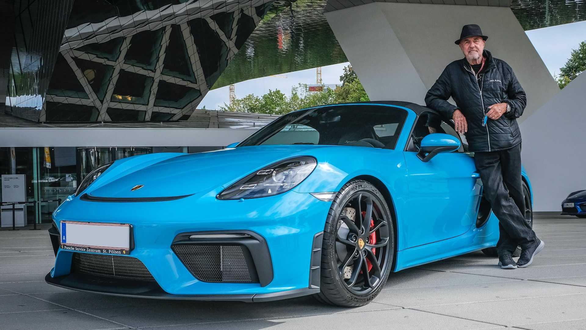 Είναι 80 ετών και έχει αγοράσει 80 Porsche!