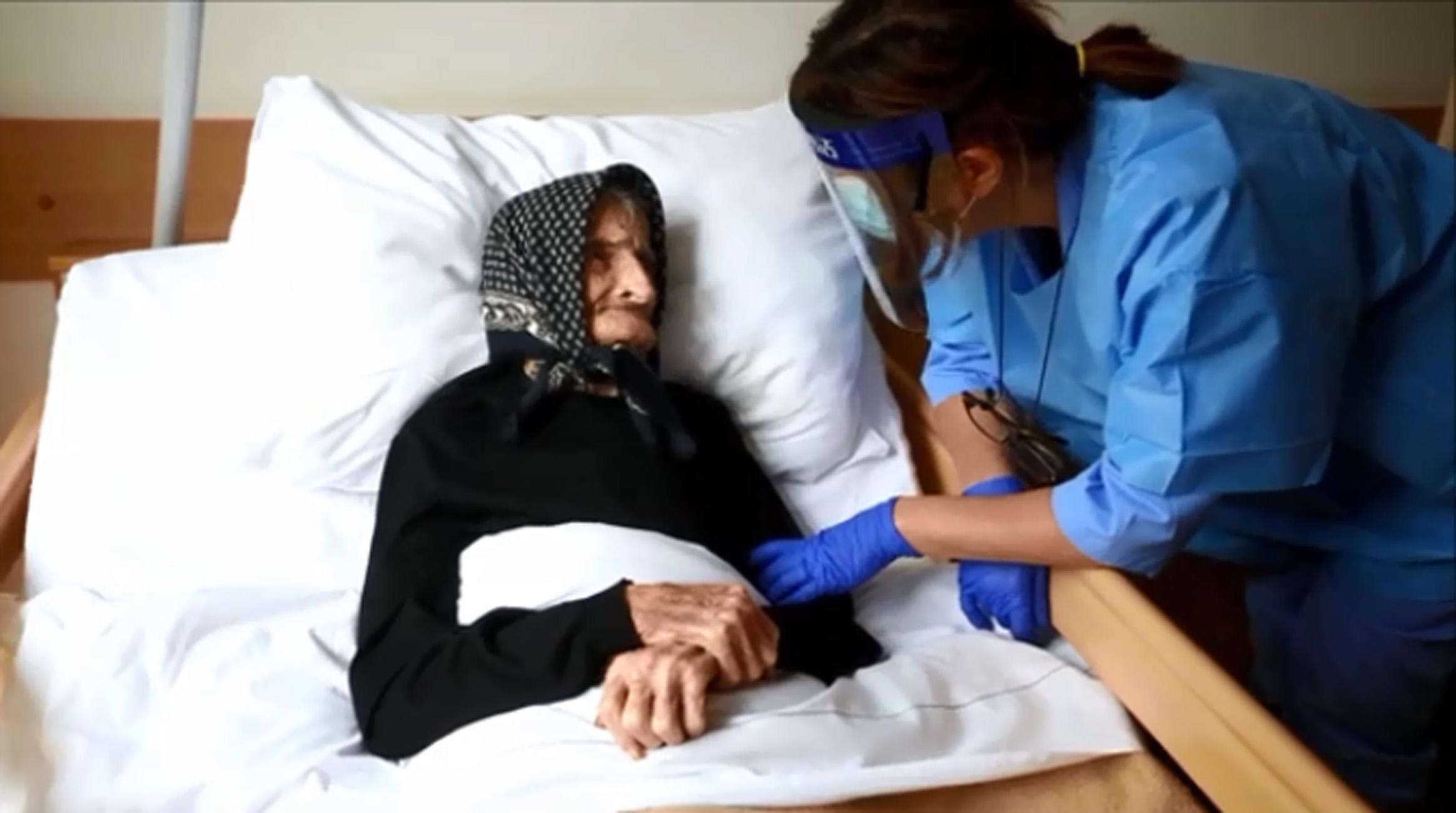 Ετών 99 και έβαλε κάτω και τον κορονοϊό μετά από νοσηλεία τριών εβδομάδων (video)